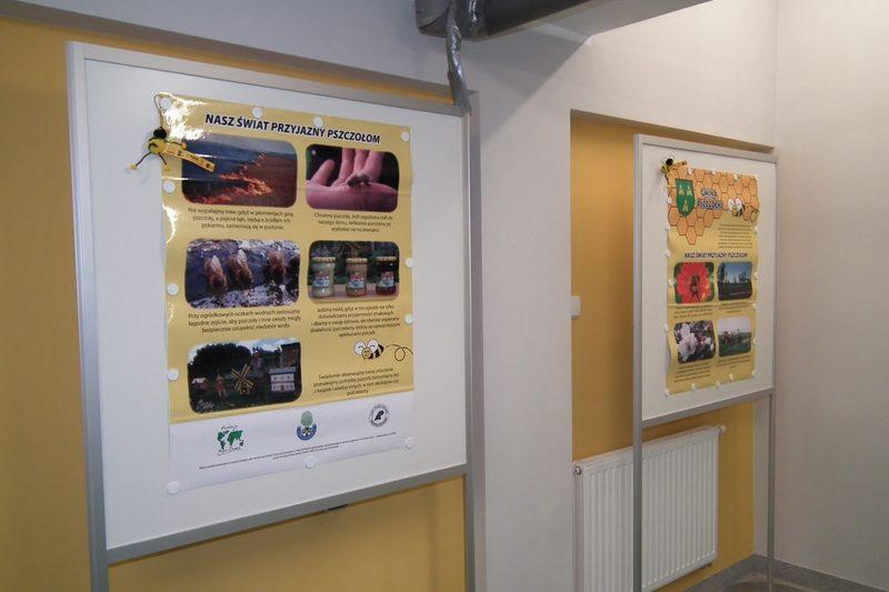 zdjęcie dwie tablice z informacjami o pszczołach
