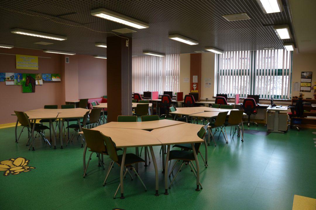zdjęcie. czytelnia, stoły i krzesła